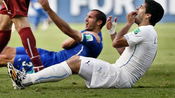 Luis Suarez bites Giorgio Chiellini
