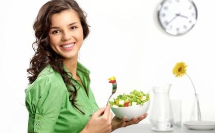 Wer unter Stress steht, sollte sich über den Tag verteilt feste Zeiten für eine ballaststoffreiche, vollwertige Ernährung einrichten.