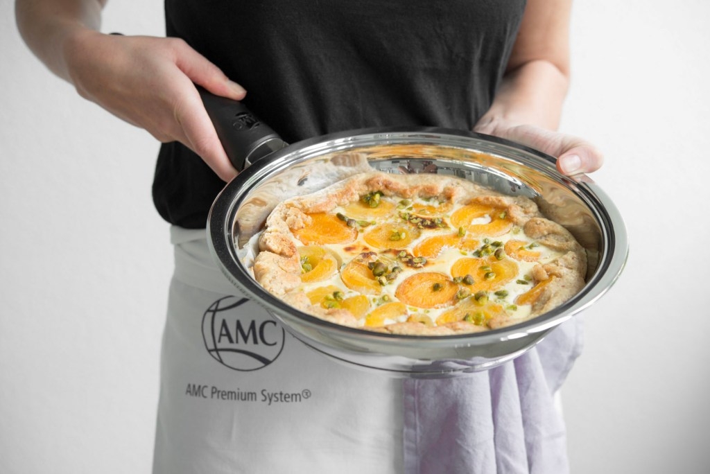 Wer zu Hause kocht, kann die Gerichte nach seinem Geschmack zubereiten. Mit dem richtigen Kochgeschirr lässt sich dabei leicht Fett sparen.
