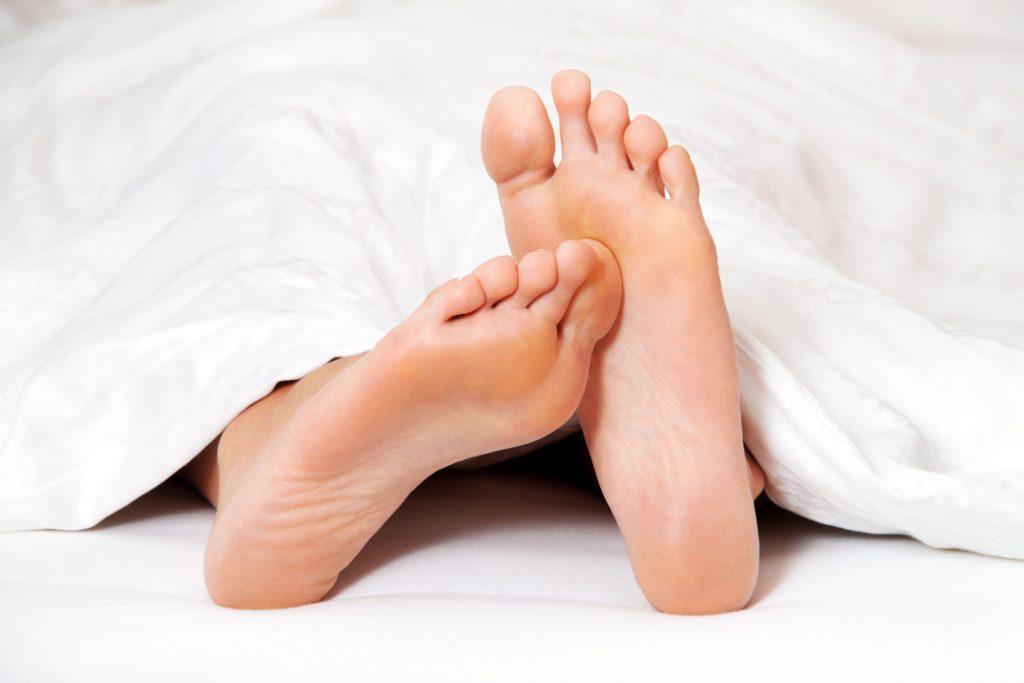 Mangelt es dem Körper an Vitamin B1, so kann sich dies durch Kribbeln, Brennen oder Taubheit in den Füßen äußern - dorthin reichen die langen Nervenstränge, die oft von Mangelerscheinungen betroffen sind.