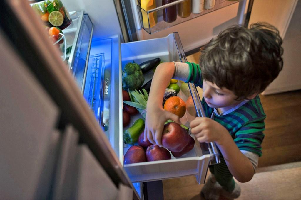 Mit lauter gesunden Lebensmitteln im Kühlschrank können sich die Kids jederzeit selber eine Zwischenmahlzeit gönnen.