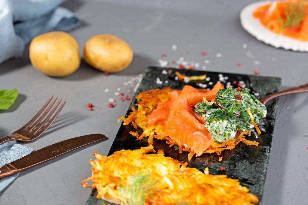 Leckere Farbtupfer für graue Tage: Spinat-Rösti mit Räucherlachs schaffen Genussmomente im Alltag.