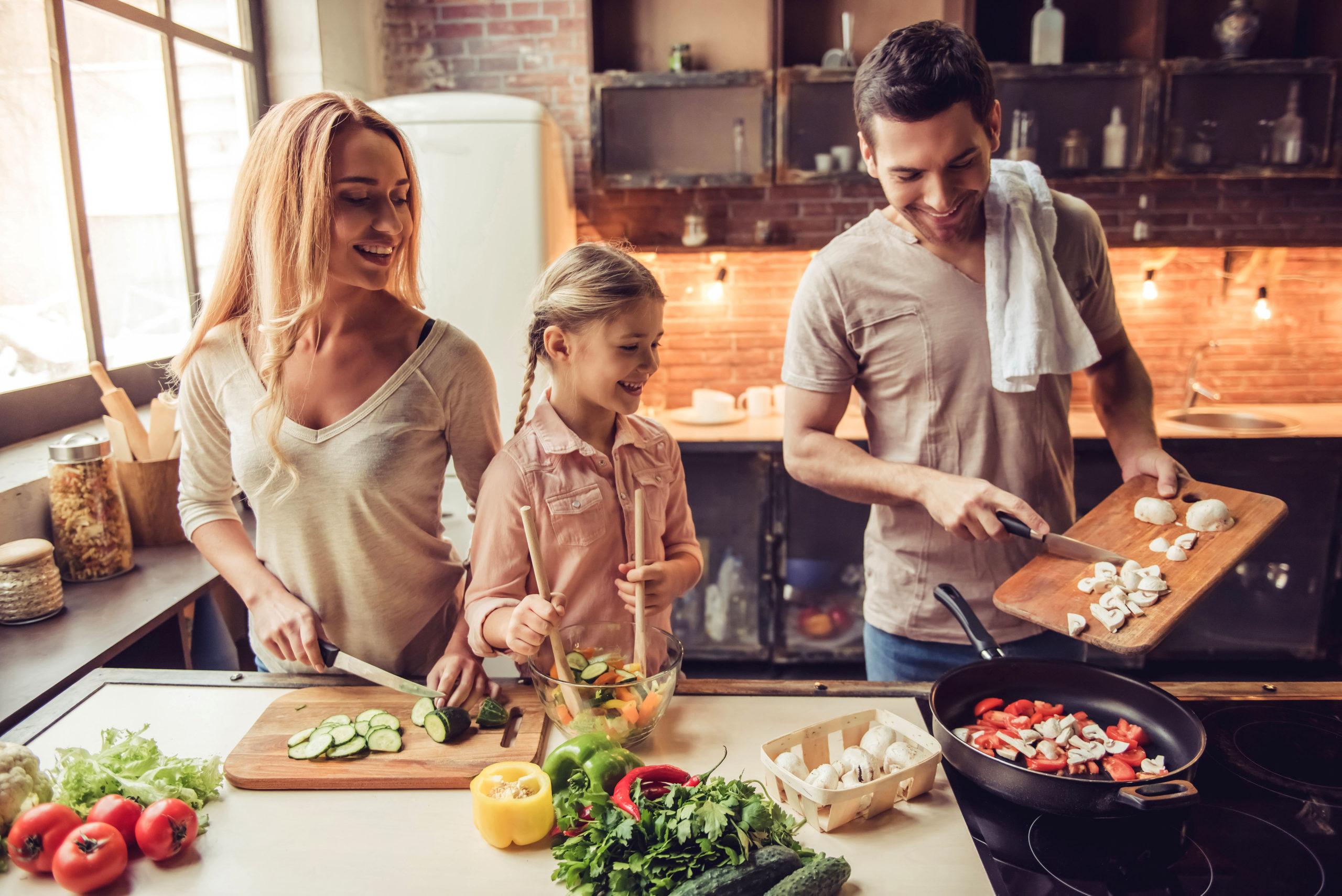 Familientauglich: Weil beim Basenfasten nicht aufs Essen verzichtet wird, passt die Methode fürs Fasten prima in den Alltag.