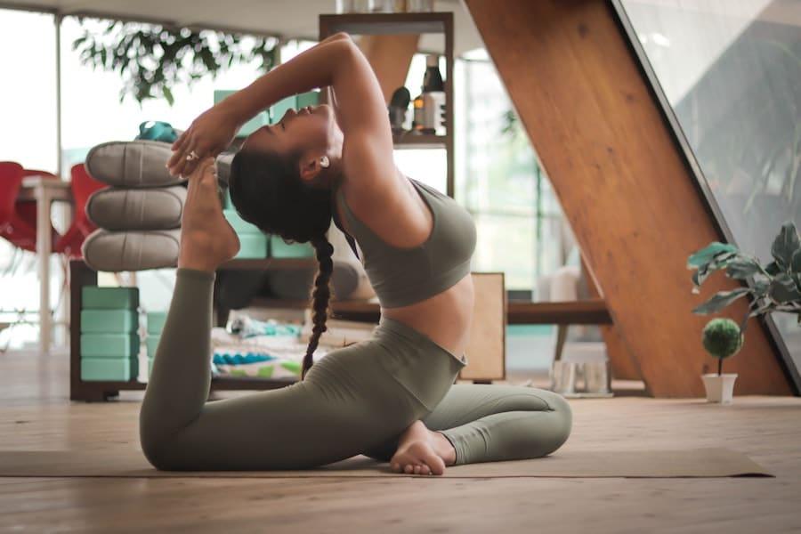 Yoga kann dir bei Hormonproblemen wie PMS oder Periodenschmerzen helfen!