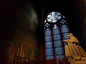 Notre Dame sept 2019 raam met beeld Sodis