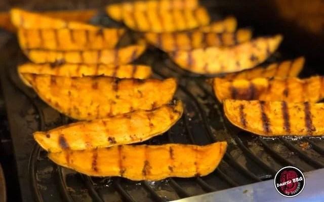 Hvidløgs marineret sød kartoffel både – Sød kartofler på grill