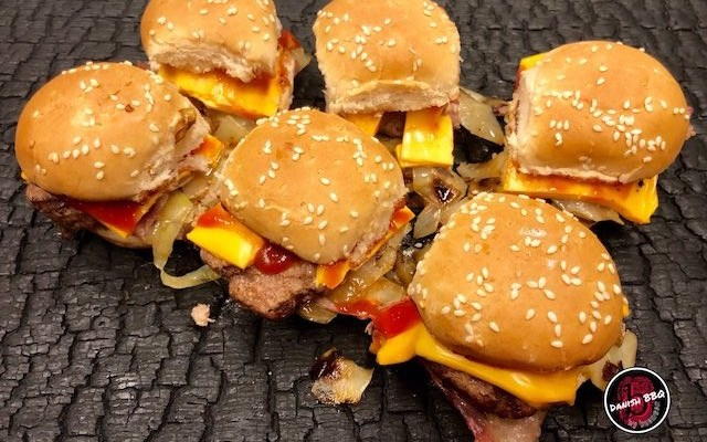 Bacon Cheese Sliders – en hurtig snack med brunkål