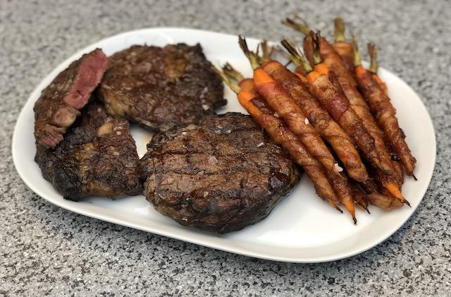 Bacon Gulerødder med Ribeye Steaks som tilbehør