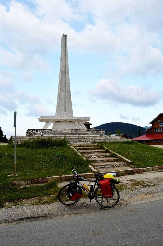 Monumentul ce atesta modernizarea soselei Moisei-Iacobeni (candva inainte de '89)