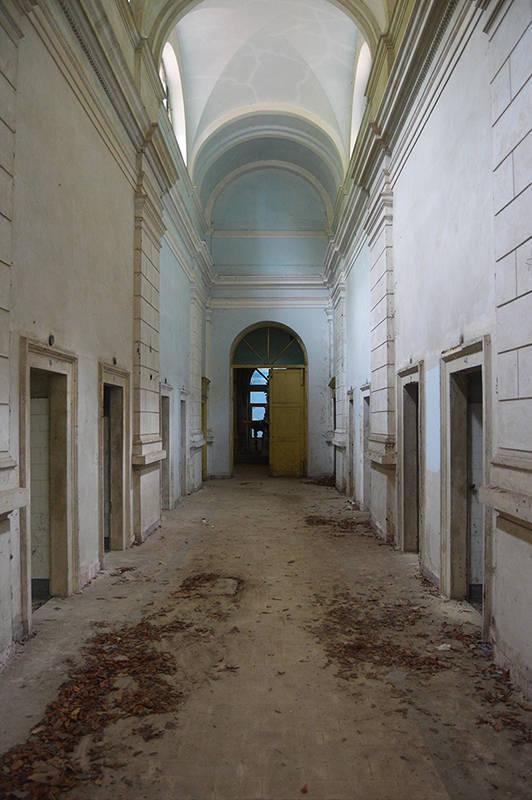 Interiorul unei cladiri din Herculane