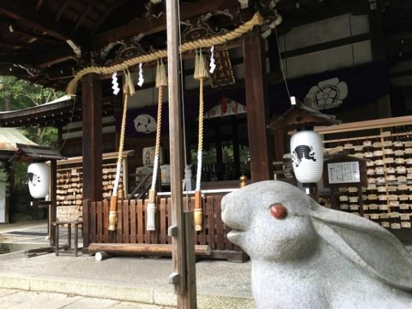 岡崎神社の本殿と狛うさぎ