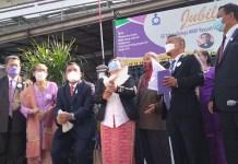 Ratusan jemaat kristiani Huria Kristen Batak Protestan (HKBP) Ressort Cibinong distrik XXVIII Deboskab, Kabupaten Bogor rayakan hari jadi yang ke 50 tahun. Peraayaan itu ditandai dengan pelepasan ratusan balon dan juga sepasang burung merpati