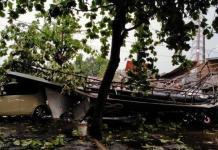 Kendaraan milik warga tertimpa pohon tumbang dan atap rumah yang terbang diterpa angin kencang di Jalan Margonda Raya, Kelurahan Kemiri MUka, Kecamatan Beji Kota Depok, Selasa (21/9/2021) pukul 17.50 WIB. Foto : DPKP Kota Depok
