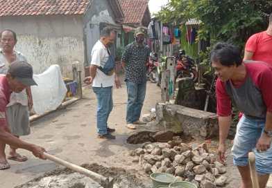 Bersama Warga, Kades Ilman Perbaiki Jalan Jembatan Yang Berlubang