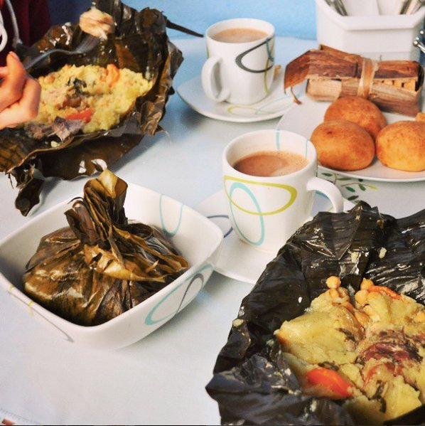 Tamales con chocolate caliente y almojabanas. Credit to IG @Panparapan_