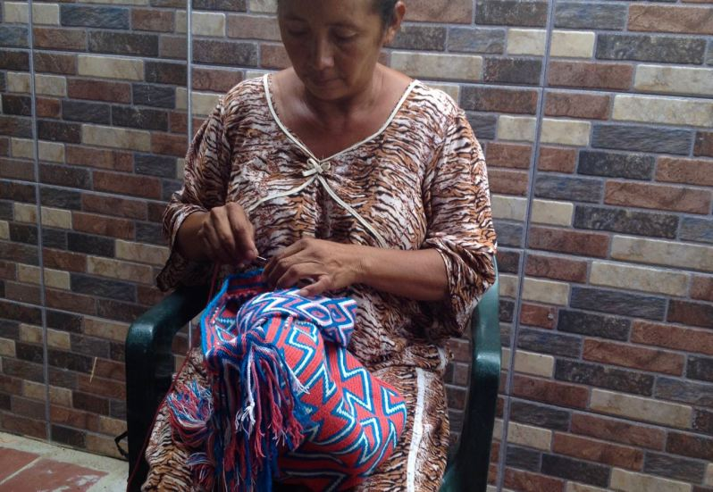 wayuu woman crocheting a wayuu bag