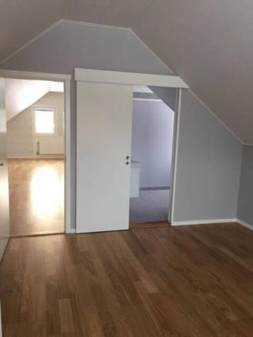 Lite annorlunda lösning med skjutdörr till badrummet i vårt senaste projekt. Dessutom med ingång från sovrummet.