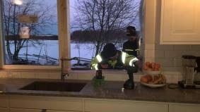 Tommy och Samuel mäter in de nya fönstren ovanför diskbänken
