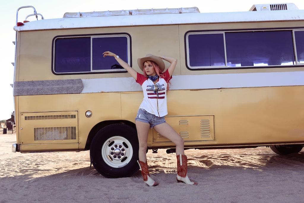 pink-arrows-boutique-boho-bunnie-pioneertown-fpme-trunk-vintage-tee-fashion-blogger 10