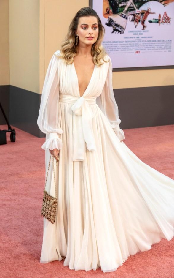 Margot Robbie con un vestido blanco bohemio