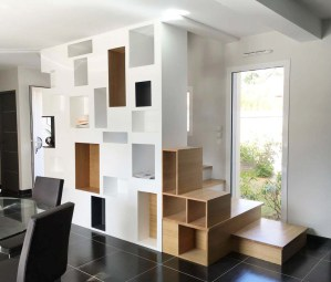 Nouvel escalier en bois et bibliothèque dans la maçonnerie