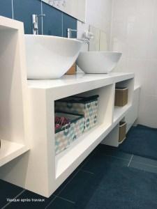 Salle de bain rénovée avec vasques blancs