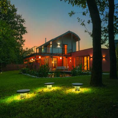 Vu de la maison passive avec éclairage de jardin