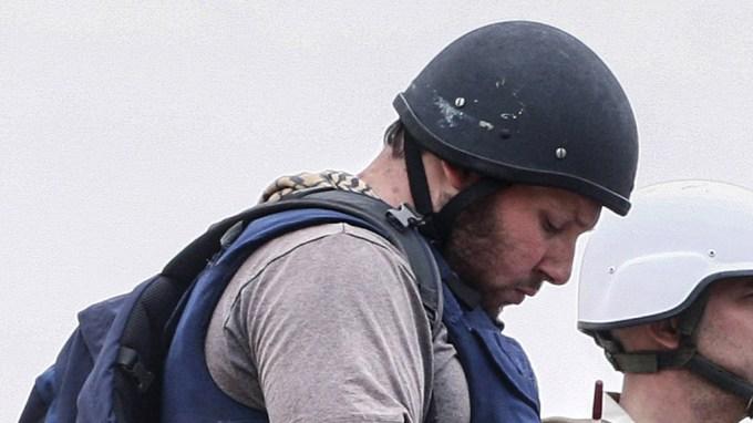 American journalist Steven Sotloff (Center with black helmet) talks to Libyan rebels on the Al Dafniya front line, 25 km west of Misrata on June 02, 2011 in Misrata, Libya.  Sotloff was kidnapped in August 2013 near Aleppo, Syria. Photo by Etienne de Malglaive.