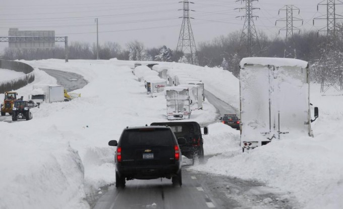 New York Governor Andrew Cuomo's entourage makes its way on interstate I-190 to survey an area in West Seneca. SHARON CANTILLON/BUFFALO NEWS/POOL/REUTERS