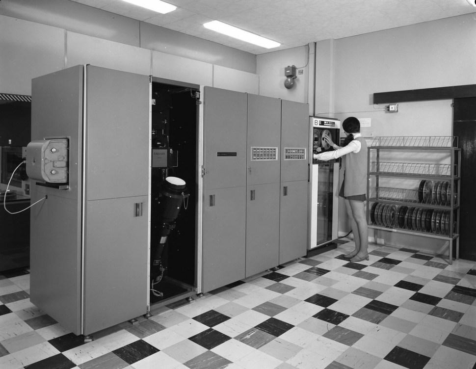 computers-miniskirts-23