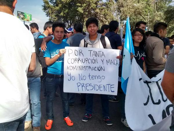 Photo: Students hold a sign in protest of President Otto Pérez Molina, who is accused of corruption, in Quetzaltenango, Guatemala - @elquetzalteco