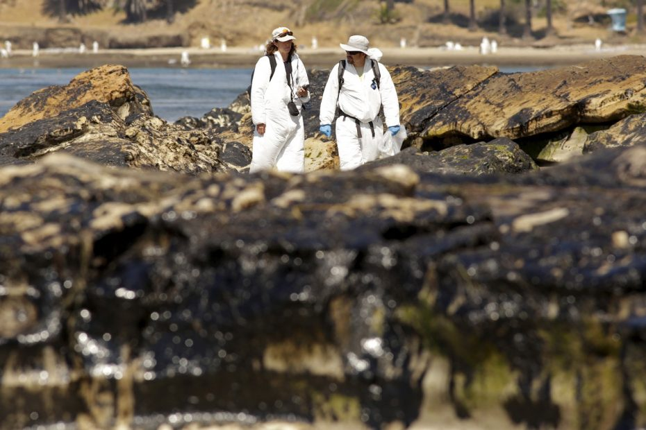 Crew members inspect the oil spill damage at Refugio State Beach in Goleta, California May 22, 2015. REUTERS/Jonathan Alcorn