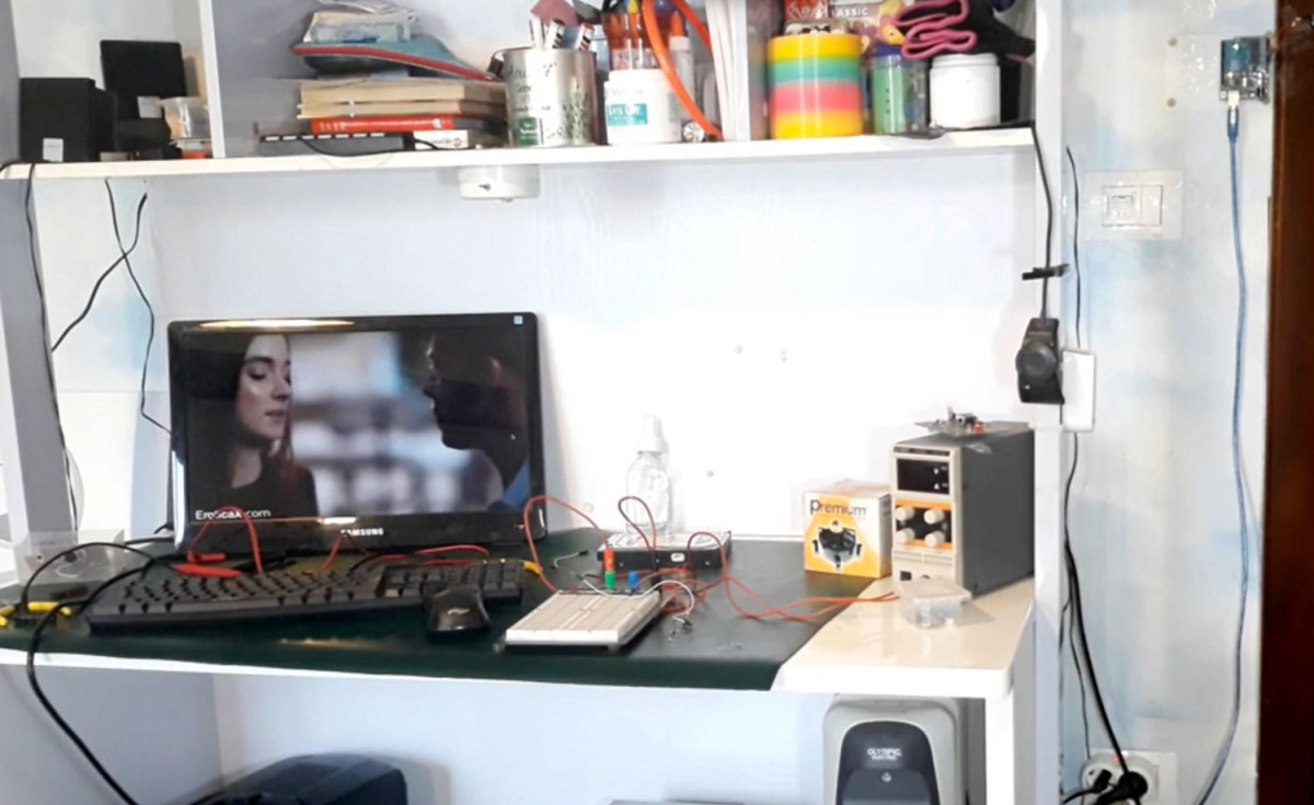 This guy made a door-activated sensor that instantly switches whatever is on his computer display to the file manager | Boing Boing