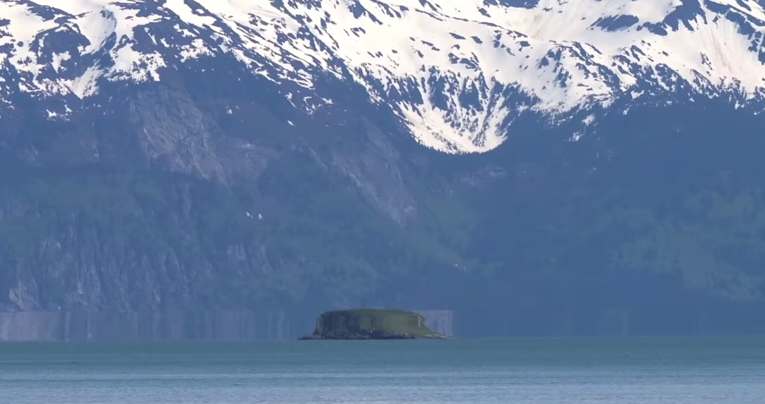 This UFO hovering over Glacier Bay in Alaska is being dismissed as an optical illusion | Boing Boing