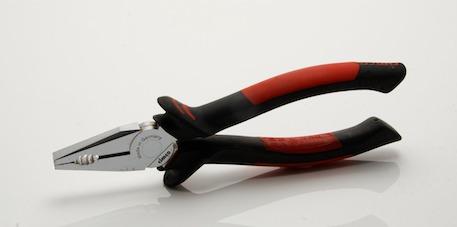 La pince universelle : pour attraper, tenir, et même couper des fils électriques ou autre fils de fer.