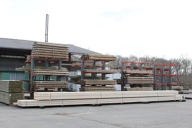 Stock rondins sur Rack, bois de construction confiés au traitement