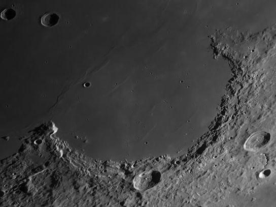Kratke sence na Luni, ko Lunino površje daleč stran od terminatroja (http://piximus.net/media/15620/fantastic-images-of-moon-taken-from-earth-9.jpg)