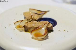 Foie con salsa de cacao y cebollas a la plancha