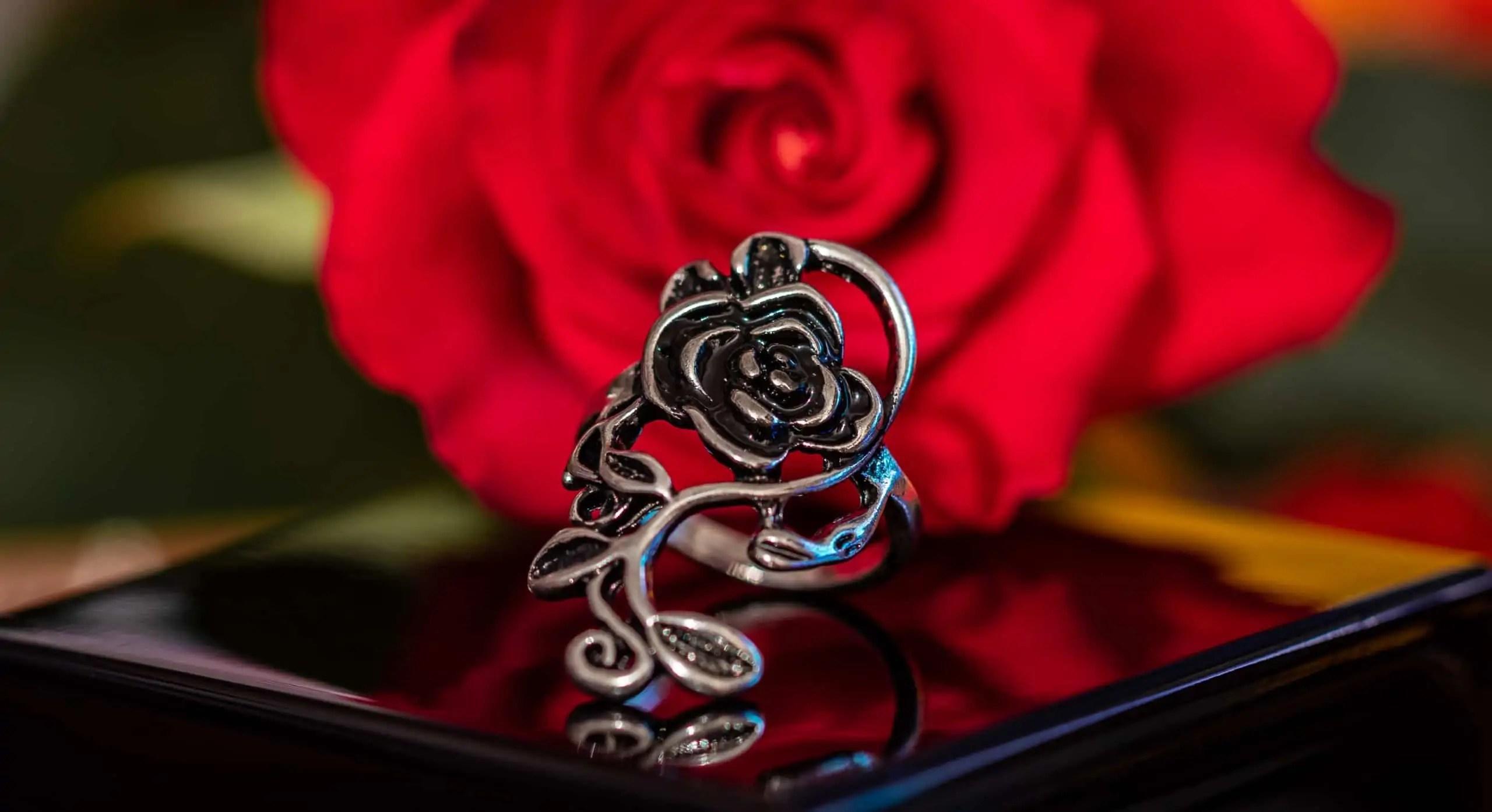 Czarny pierścionek z różą - kompozycja kreatywna