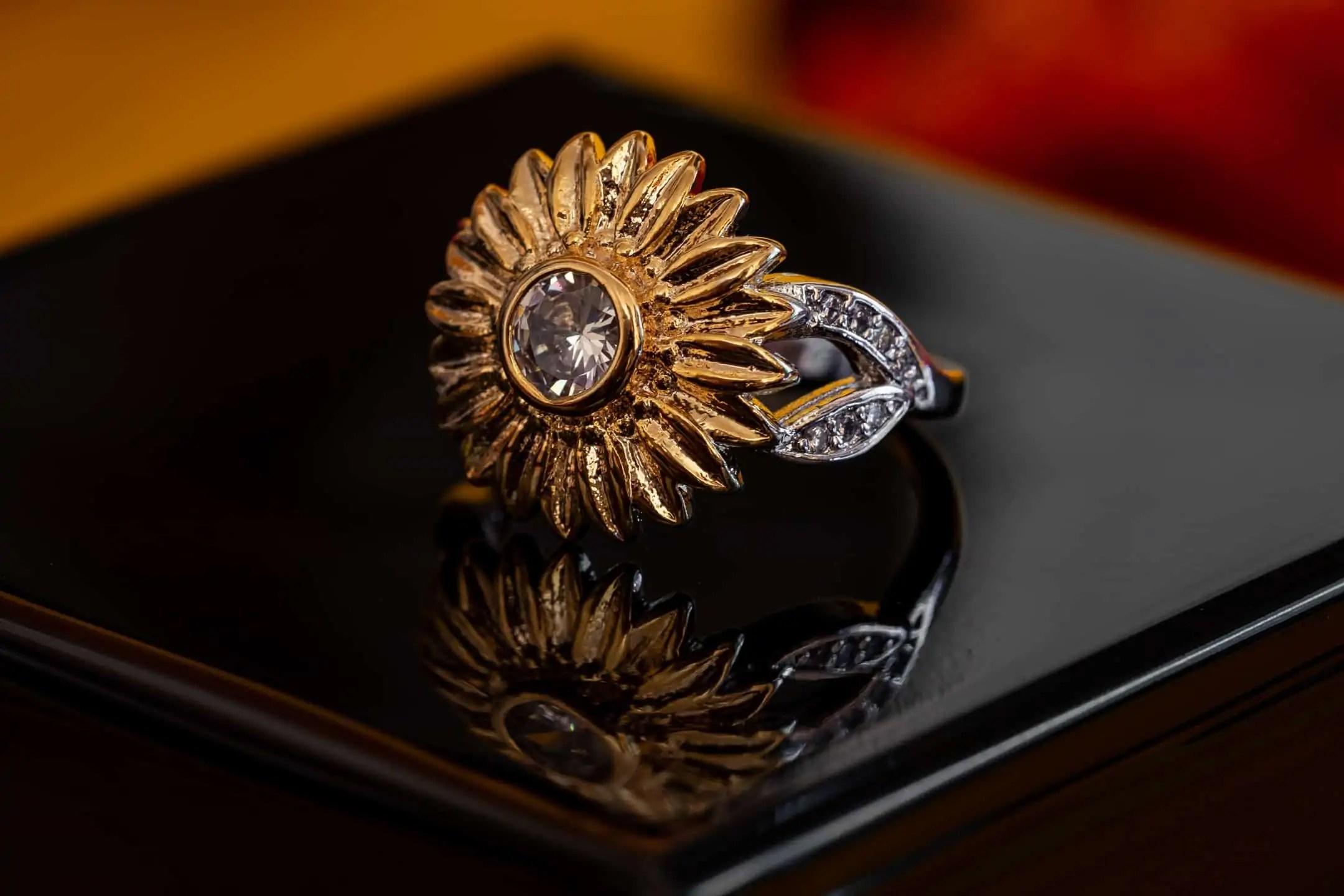 Fotografia produktowa na czarnym tle - pierścień ze słonecznikiem