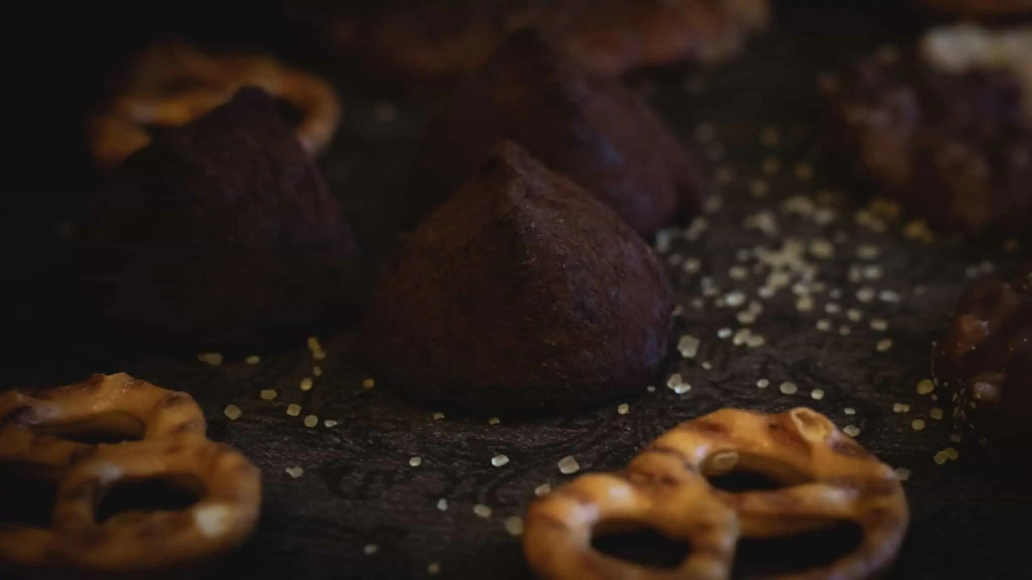 Czarna fotografia jedzenia czekolada precelki i ciastka 6 scaled - Czarna fotografia jedzenia