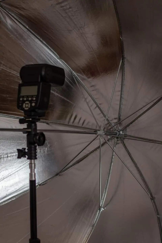 Lampa błyskowa yongnuo 560 IV ze srebrną parasolką - Jasna fotografia produktowa typu high key 7 kroków