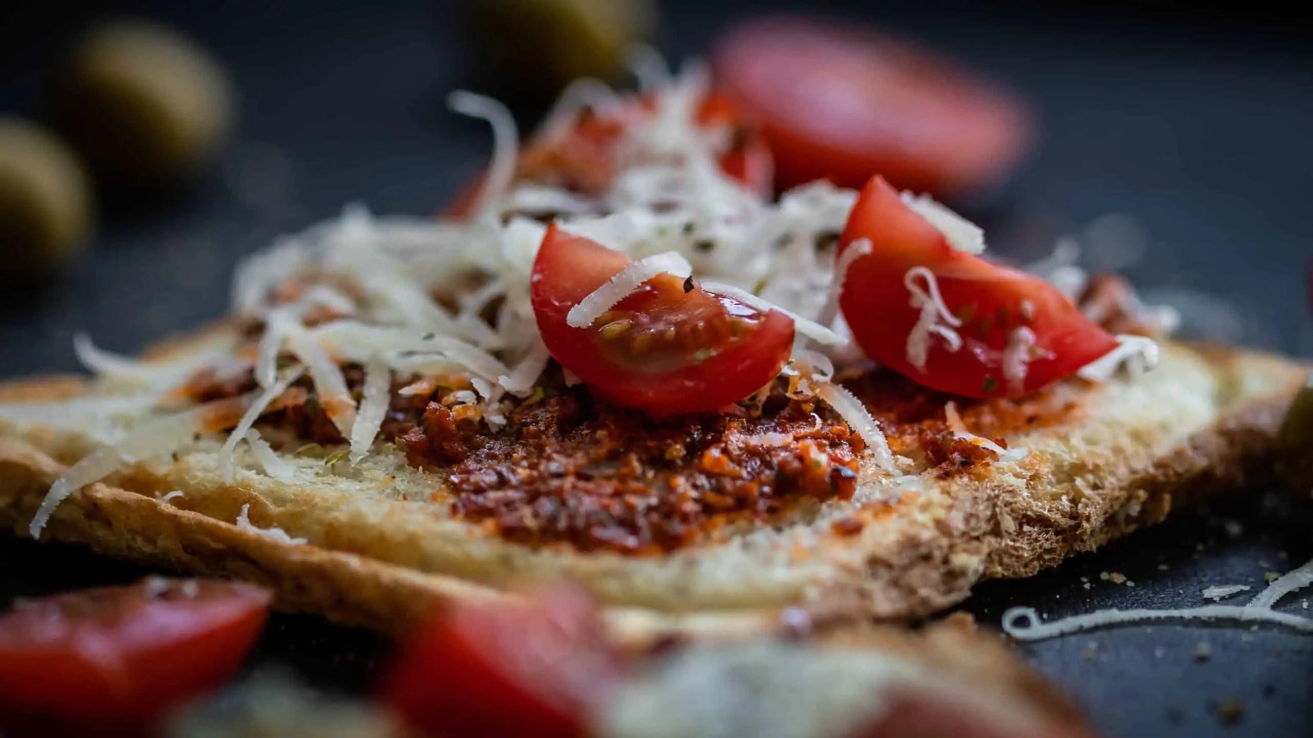 czarna fotografia produktowa w domowych warunkach zdjęcia tostów z czerwonym pesto 10 scaled - Czarna fotografia produktowa