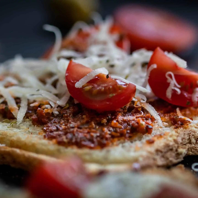 czarna fotografia produktowa w domowych warunkach zdjęcia tostów z czerwonym pesto 10 scaled - Zasady kompozycji - przewodnik po 20 regułach