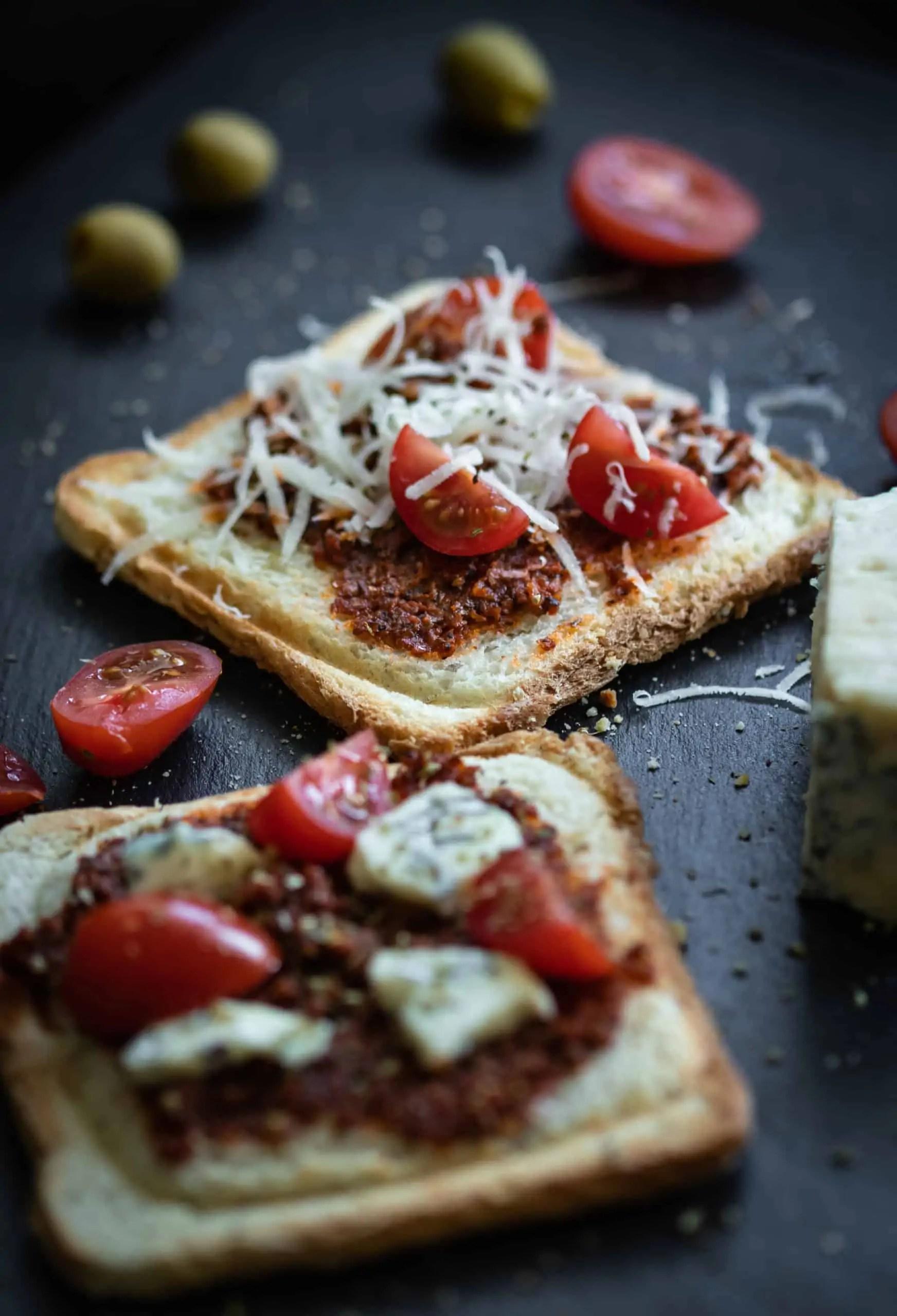 czarna fotografia produktowa w domowych warunkach zdjęcia tostów z czerwonym pesto 8 scaled - Najlepszy prezent dla fotografa jest darmowy. Resztę kupisz do 100 pln