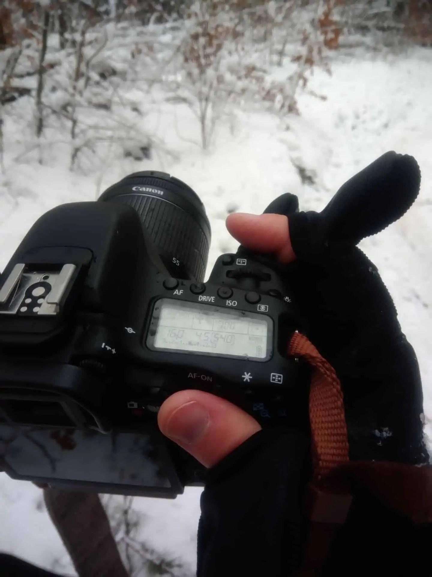 Aparat trzymany w rekawiczkach zdecydowanie czuje ze jest bezpieczniej - Rękawiczki fotograficzne pgytech - 5 ważnych zalet