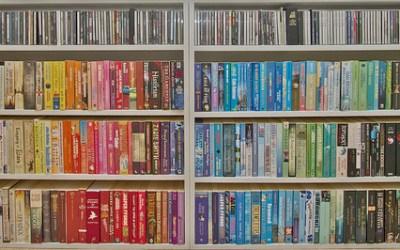 6 grunner til å fargesortere bøkene dine