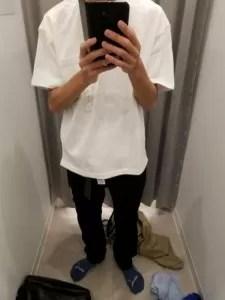 白Tシャツ、黒スキニー