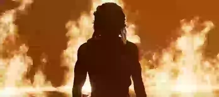 炎と暗転した男性