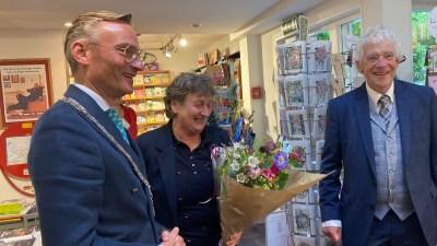 College feliciteert Larense boekhandel van Annelies